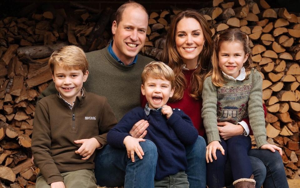 Hoàng tử William và vợ Kate, cùng ba con, Hoàng tử George (7 tuổi), Công chúa Charlotte (5 tuổi) và Hoàng tử Louis (2 tuổi).