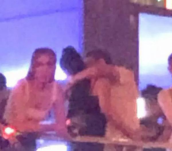 Đức Huy ôm hôn Cẩm Đan ở concert Rap Việt.