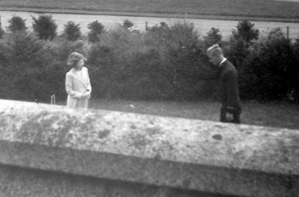 Bức ảnh lần đầu gặp gỡ giữa Nữ hoàng Elizabeth và Hoàng thân Philip.