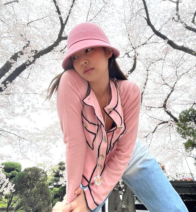Không hổ danh là fashionista hàng đầu, Jennie chỉ diện bộ trang phục đơn giản đi ngắm hoa anh đào cũng đủ sức gây sốt trên mạng xã hội. Chủ đề về chiếc cardigan Chanel trăm triệu đồng của Jennie được đưa ra bàn tán rôm rả, người khen xinh xắn chuẩn high teen, người lại chê đắt đỏ mà chẳng khác gì hàng chợ.