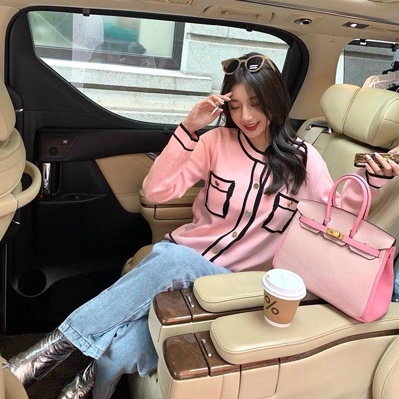 Dù nhận không ít lời chê bai từ netizen Hàn, style của Jennie vẫn ngay lập tức trở thành nguồn cảm hứng cho các cô gái bắt chước theo. Chỉ trong thời gian ngắn, kiểu áo cardigan hồng hao hao Jennie phủ sóng street style của các cô gái.