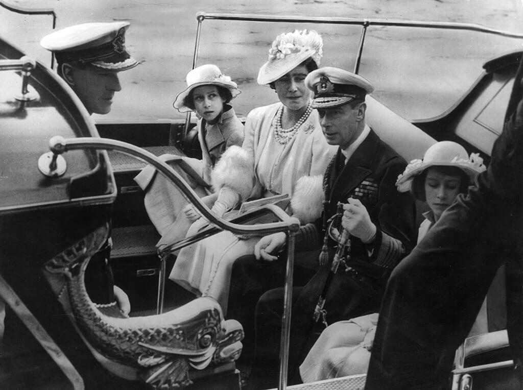 Gia đình hoàng gia Anh thăm trường Hải quân Hoàng gia ở Dartmouth vào năm 1939. Từ trái sang là Hoàng tử Philip, Công chúa Margaret, Nữ hoàng Elizabeth, Vua George VI và Công chúa Elizabeth. Ảnh: Getty.