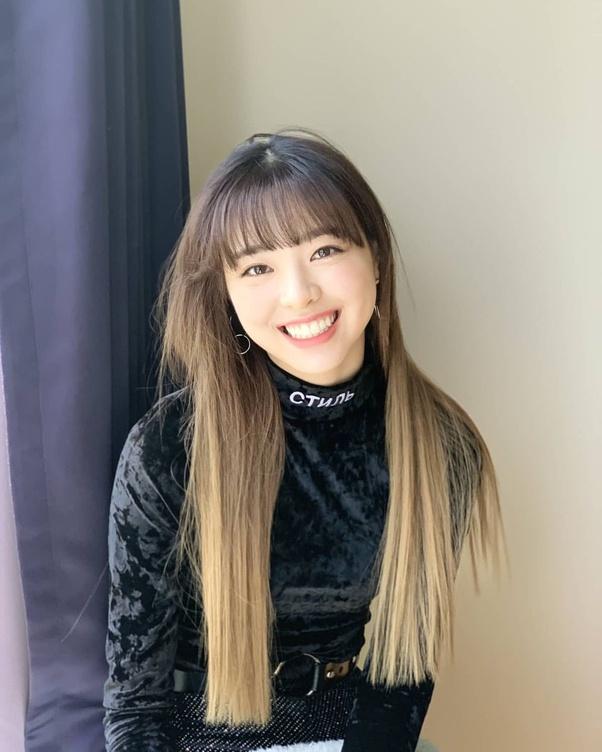 Yuna được biết đến là visual của Itzy nhưng không ít lần bị dìm bởi kiểu tóc mái ngố và phần đuôi ép thẳng quá đà.