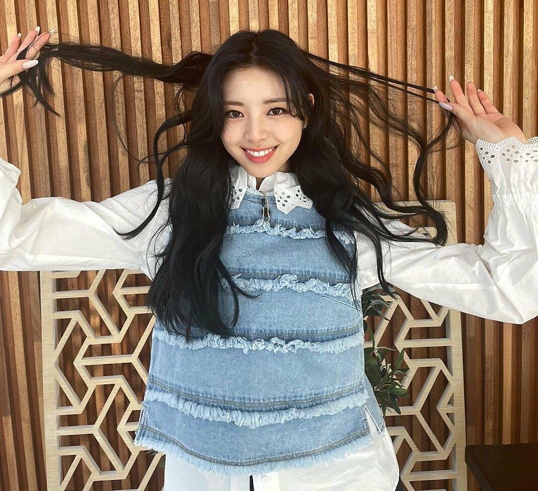 Vẻ đẹp tươi sáng, ngũ quan hài hòa và đặc biệt là nụ cười tỏa nắng của Yuna chỉ thật sự được tận dụng khi kết hợp với style tóc tối màu, được uốn xoăn bồng bềnh hoặc để dáng tự nhiên.
