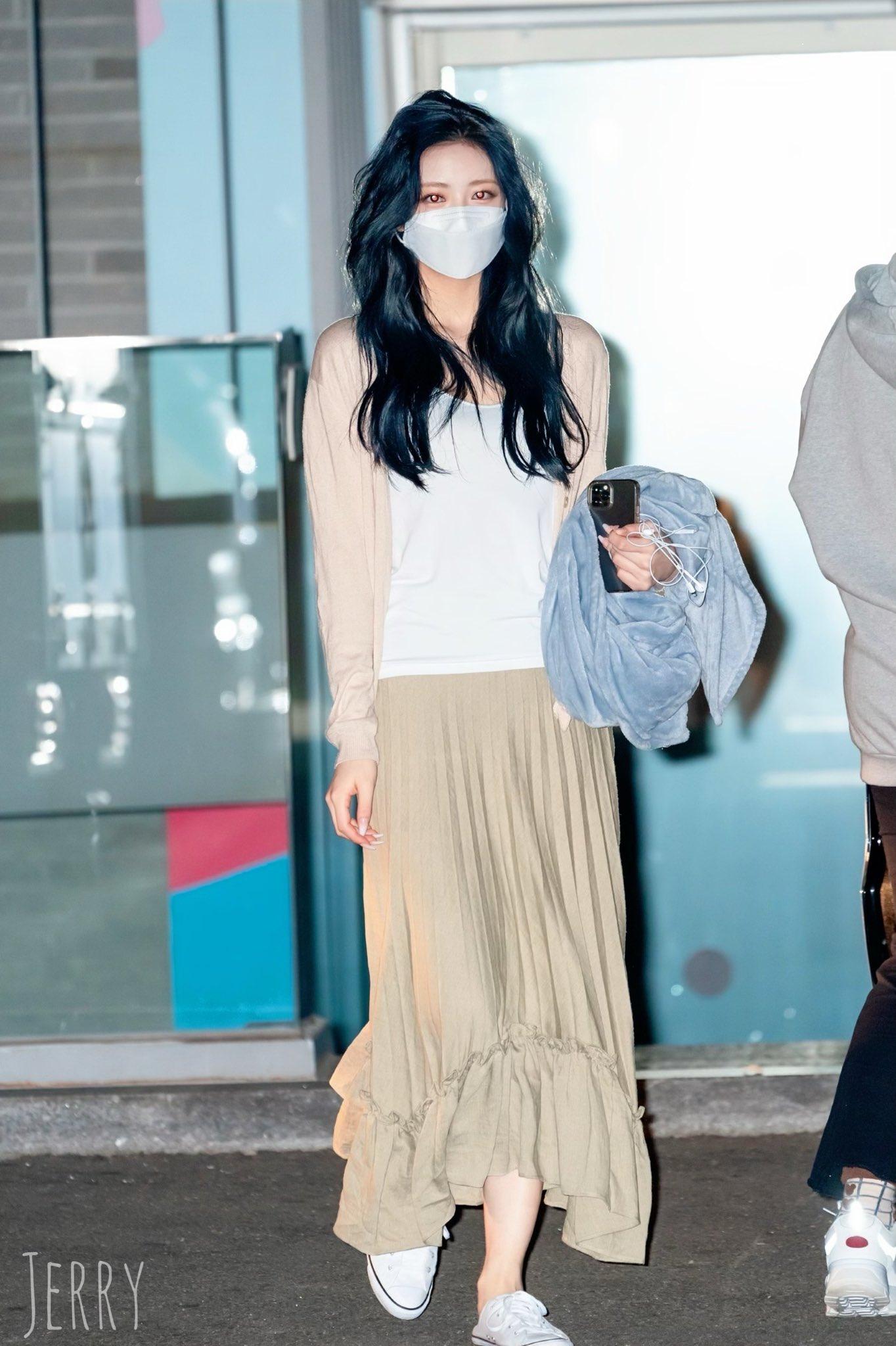 Ngay cả khi khẩu trang che kín mặt, Yuna vẫn tỏa sáng với mái tóc mới được ví như nàng công chúa tóc mây của Disney.