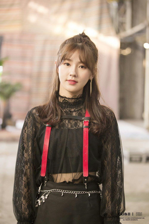Khi mới debut, Mi Yeon để tóc mái, nhuộm nâu sáng, nhưng không mấy ai biết đến visual xinh đẹp main vocal nhà Cube. Nhan sắc của Mi Yeon hoàn toàn chỉm nghỉm giữa dàn idol ra mắt cùng thời.
