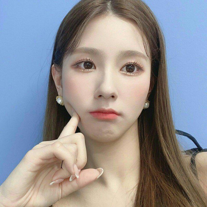 Đến cuối năm 2020, Mi Yeon thay đổi style makeup, kiểu tóc được chăm chút về dáng tóc cơ bản, nhưng đủ để tôn lên gương mặt đẹp không góc chết.