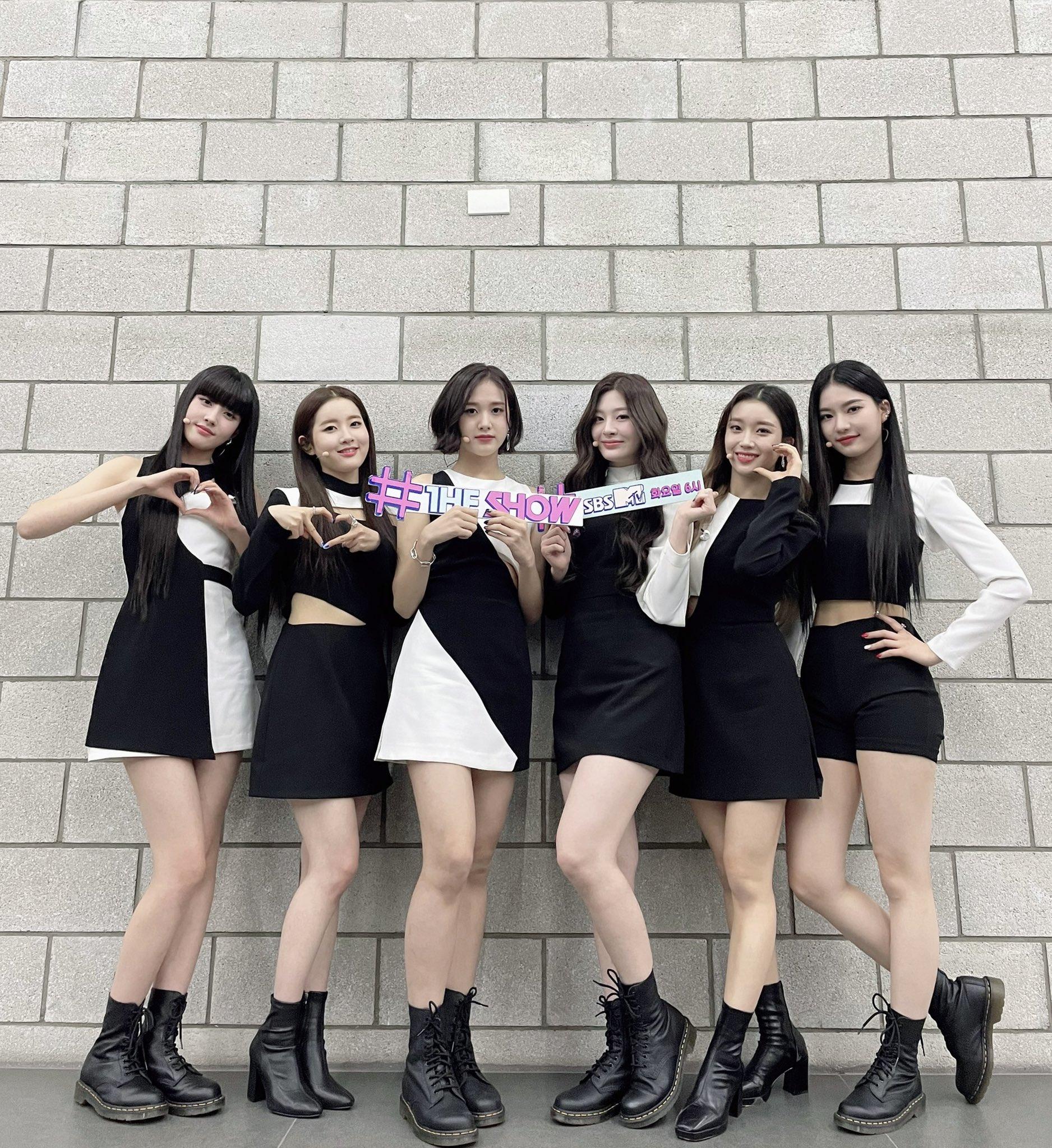 Trong màn debut với ca khúc So Bad hồi tháng 11/2020, StayC cũng nhận nhiều lời khen về trang phục trình diễn đồng đều, thiết kế không quá rườm rà nhưng vẫn đủ nổi bật.