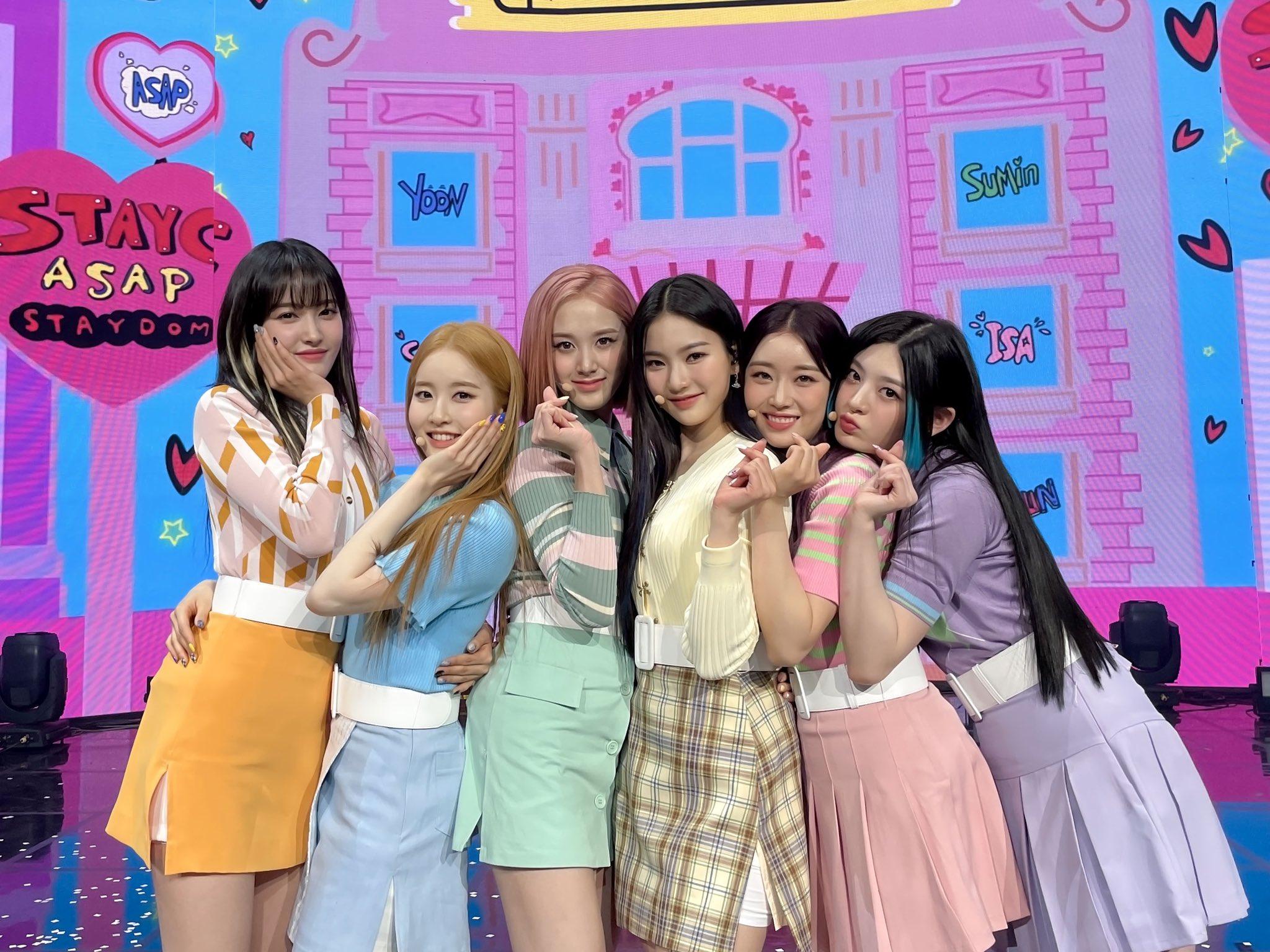 Khi quảng bá trong một chương trình, StayC mang đến hình ảnh đáng yêu, ngọt ngào trong những outfit tông pastel kẹo ngọt.