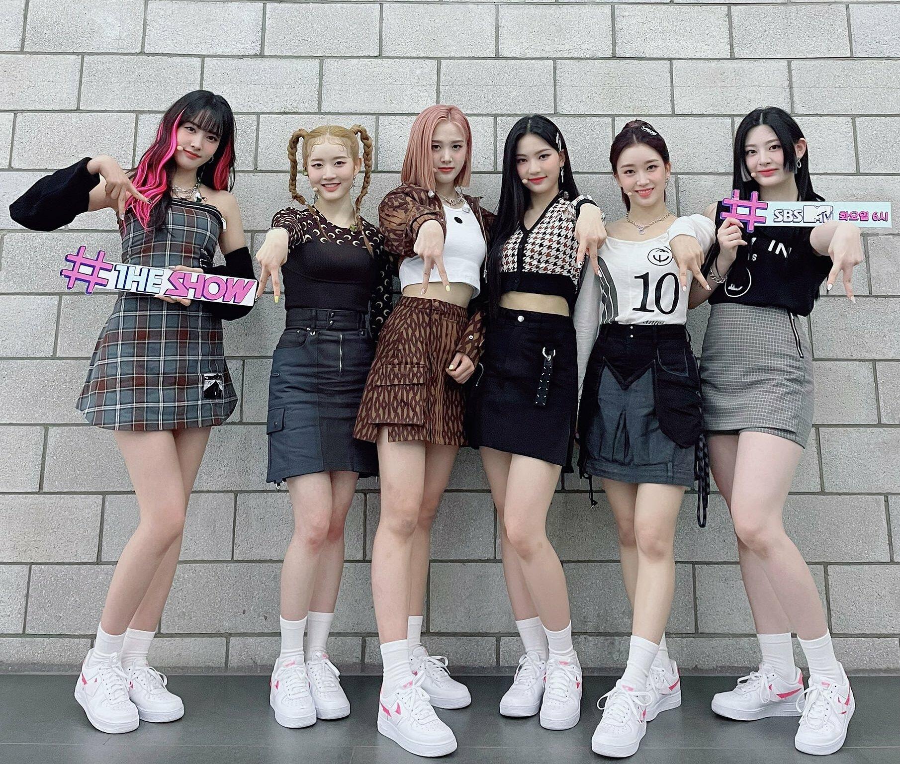StayC debut tháng 11/2020, là nhóm nhạc tân binh xuất thân từ công ty nhỏ nhưng nhận được sự quan tâm vì các thành viên đều sở hữu visual nổi bật. Gần đây, StayC comeback và quảng bá ca khúc chủ đề ASAP. Những outfit trình diễn của nhóm được khen ngợi vì đồng đều, đẹp mắt, phù hợp với từng thành viên.