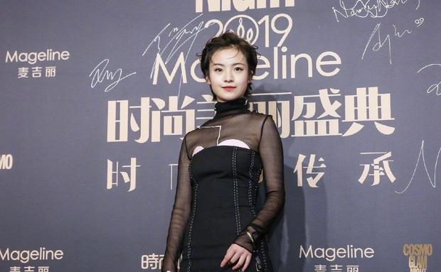 Ít ai nghĩ Lý Canh Hy thuộc thế hệ 2000 với bộ trang phục già chát, đi kèm chi tiết đắp thừa thãi, vô duyên ở phần ngực.