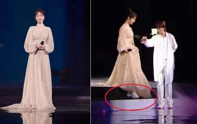 Dương Tử vốn không có thân hình quá cao ráo, thanh thoát, vì vậy việc đi giày thể thao bên trong giày dạ hội cũng là điều cô nên cân nhắc để tránh tự dìm dáng.