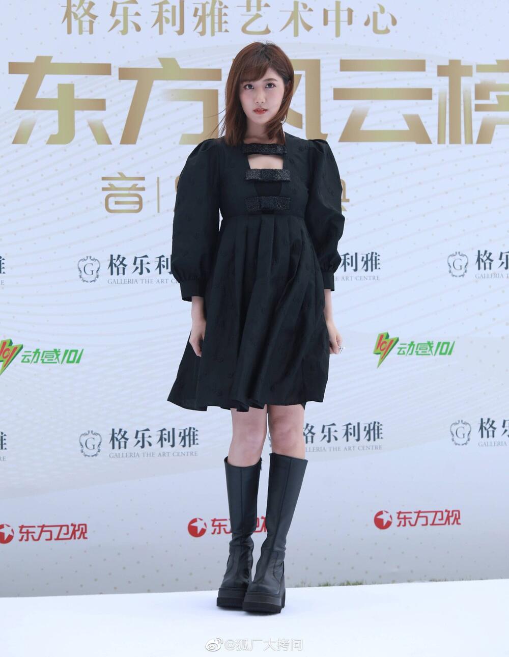 Lý Nghệ Đồng mặc đồ hệt như ra phố đi chơi dù đang tham dự một sự kiện danh giá.