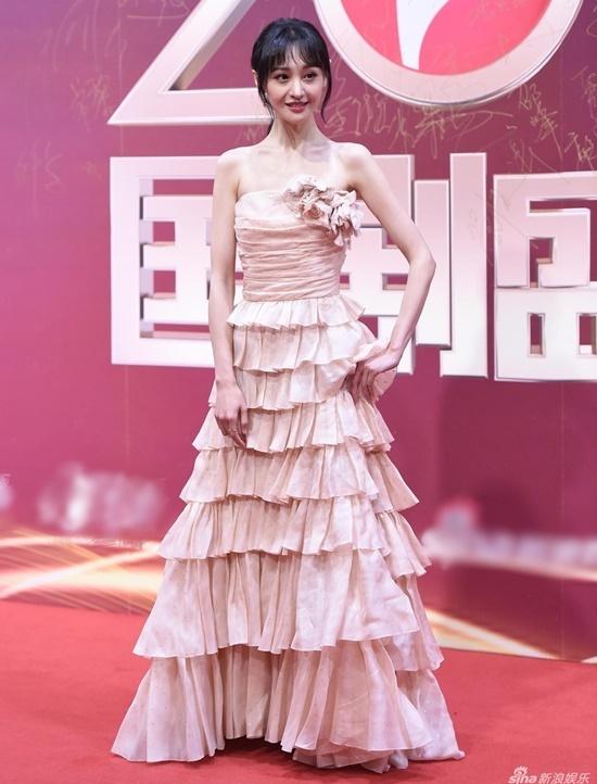 Váy cúp ngực, hở vai cũng không phải là lựa chọn lý tưởng cho những cô nàng mình dây như Trịnh Sảng.