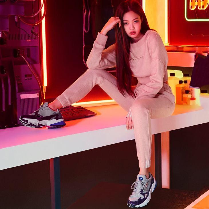 Jennie, cùng với Black Pink, đồng thời là đại sứ toàn cầu của Adidas Original. Khoác lên mình những bộ trang phục thể thao đơn giản, nữ idol trông vẫn đầy nổi bật với vẻ đẹp cá tính, khỏe khoắn.