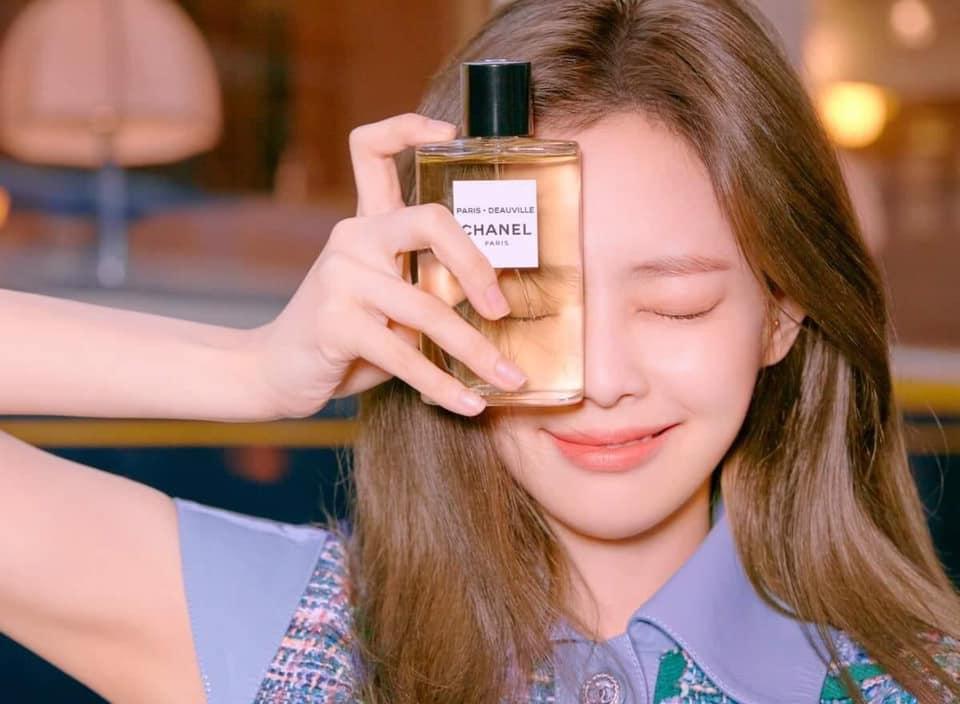 Những lần Jennie quảng bá cho nước hoa của Chanel, fan tấm tắc khen ngợi tinh thần tươi trẻ của cô như thổi một làn gió mới cho thương hiệu cao cấp lâu đời đến từ nước Pháp.
