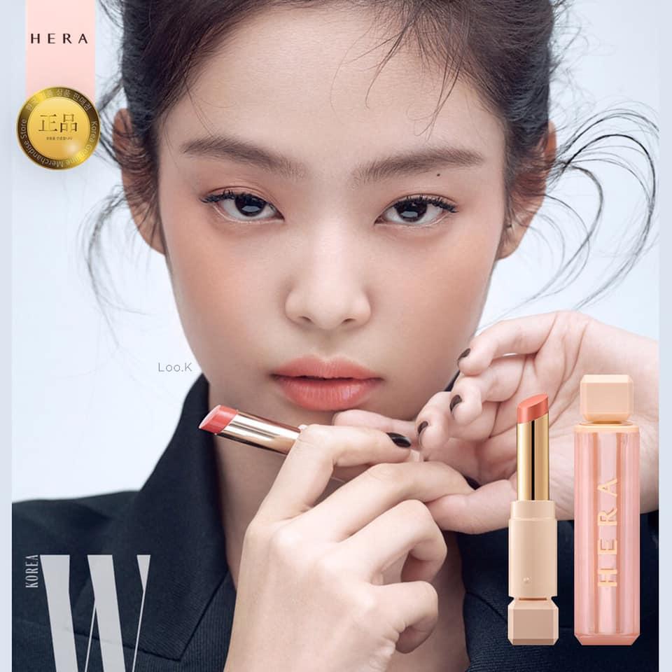 Từ trước đến nay, Jennie nổi tiếng với vai trò đại sứ thương hiệu cho hãng mỹ phẩm Hera. Mỗi lần quảng cáo mới của nữ idol được tung ra, fan lại đua nhau bật mood u mê với thần thái ngời ngời.