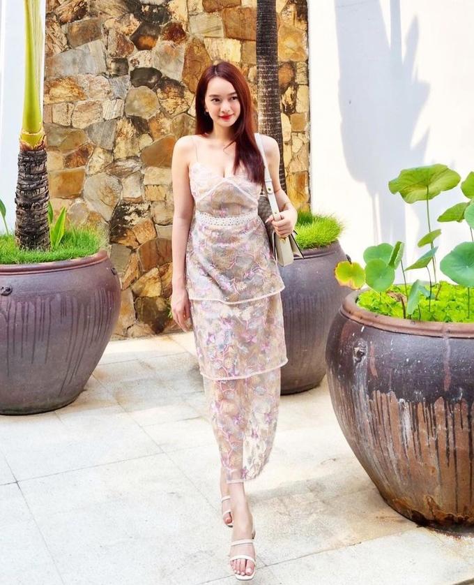Váy hoa tông pastel với chất liệu xuyên thấu giúp Kaity Nguyễn khoe làn da trắng và vóc dáng gợi cảm.
