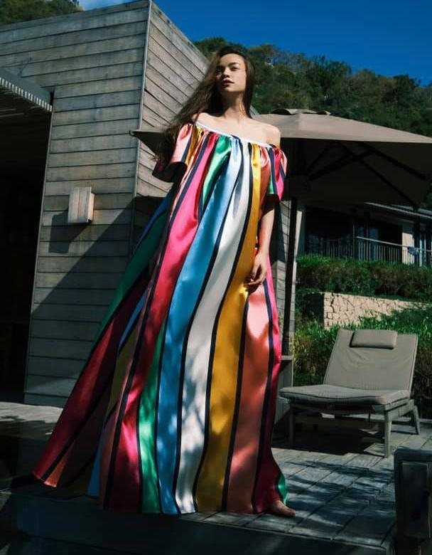 Hà Hồ mặc đầm suông rộng dài bay bổng trong chuyến nghỉ dưỡng. Những dải màu sắc trên thân váy giúp bộ đầm có kiểu dáng đơn giản trông bắt mắt hơn.