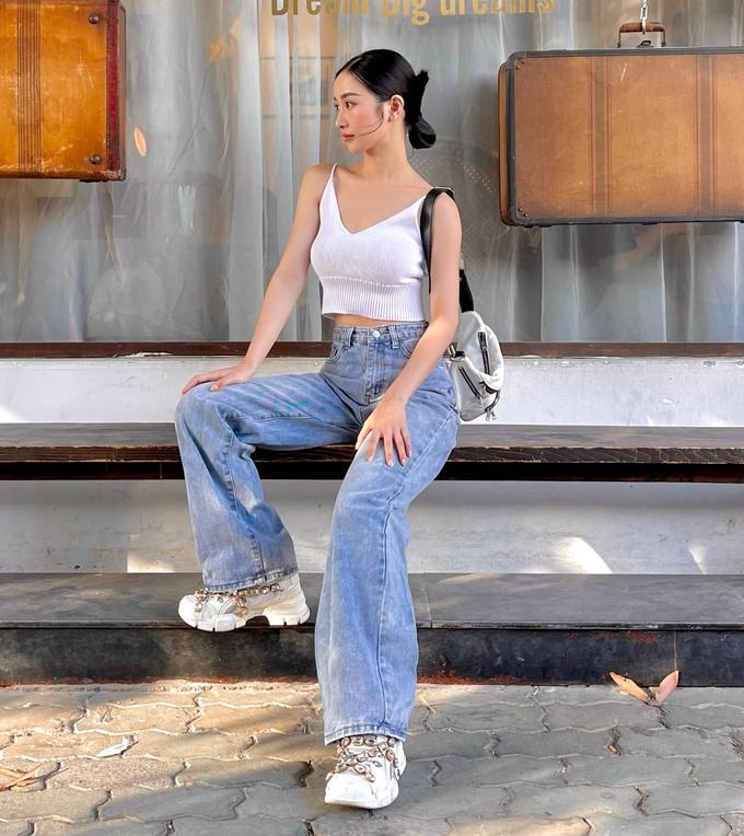Chỉ cần tanktop hở eo cơ bản và quần jeans cạp cao, Jun Vũ đã có set đồ rất khỏe khoắn, mát mẻ dạo phố mùa hè.