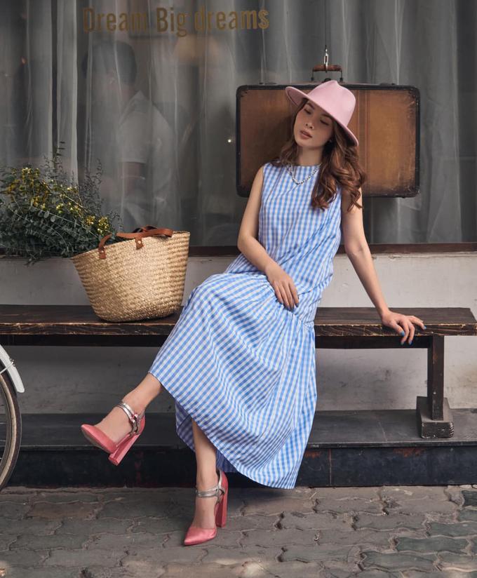 Yến Trang tươi mới và tràn đầy sức sống với váy suông họa tiết caro. Nữ ca sĩ khéo mix phụ kiện tông hồng, mang đến tổng thể rất ngọt ngào.