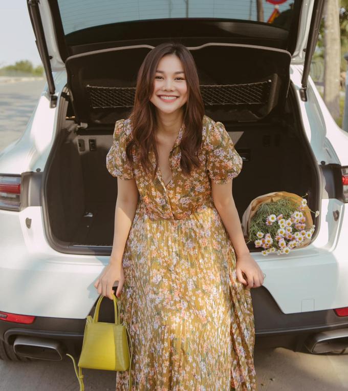 Thanh Hằng có cả bộ sưu tập váy hoa xinh xắn, mát mẻ dành cho mùa hè. Siêu mẫu thường sắm các kiểu maxi từ những thương hiệu bình dân như Zara, Mango.