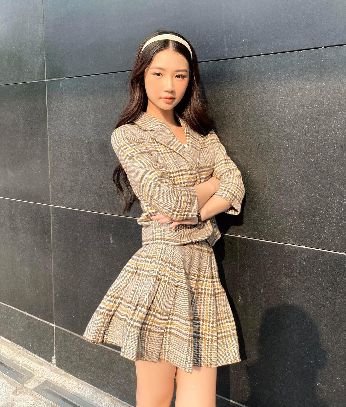Trang phục xinh xắn được Amee khéo mix cùng phụ kiện đi kèm, đặc biệt là bộ sưu tập băng đô màu sắc rất tinh tế, giúp vẻ ngoài của nữ ca sĩ thêm trẻ trung, dễ thương.