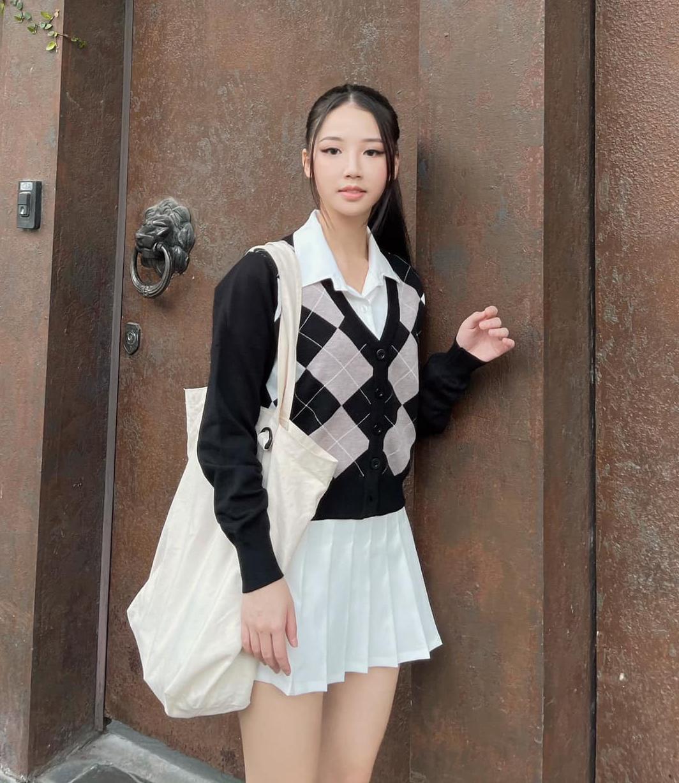 Với phong cách nữ sinh đúng điệu, Amee vốn được xem là một biểu tượng high teen của Vbiz. Cô nàng không kém cạnh các idol Hàn trong việc tạo nên hình ảnh một cô sinh con nhà giàu.