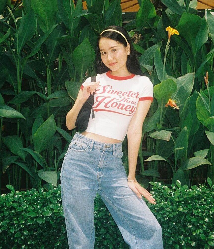 Cô nàng cũng ưa chuộng những kiểu đồ đặc trưng phong cách high teen như croptop, jeans thụng, túi kẹp nách, băng đô...