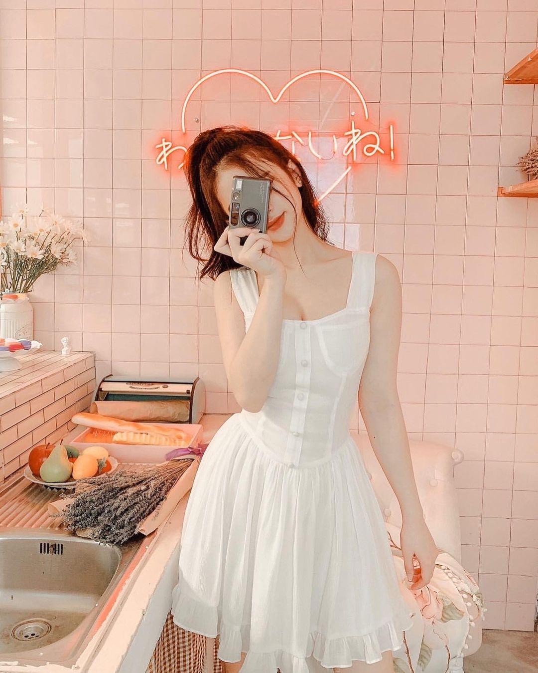 Với 520k, Linh Ka sở hữu được một em váy voan bay bổng, thiết kế ngọt ngào nhưng vẫn tôn lên vòng một gợi cảm.