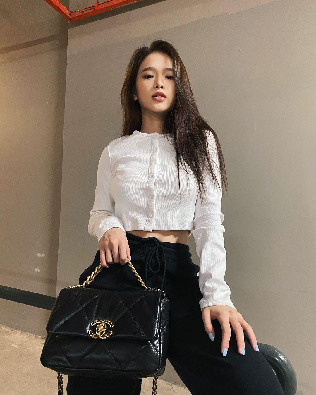 Khéo lựa trang phục cũng như mix&match cùng hàng hiệu đẳng cấp, Linh Ka khiến không ít tín đồ thời trang ngạc nhiên khi tự bóc giá quần áo. Thiết kế croptop thun gân hợp mốt được cô nàng bật mí có giá chỉ 60k. Vì quá rẻ, hot girl mua hai chiếc hai màu đen, trắng để thay đổi.