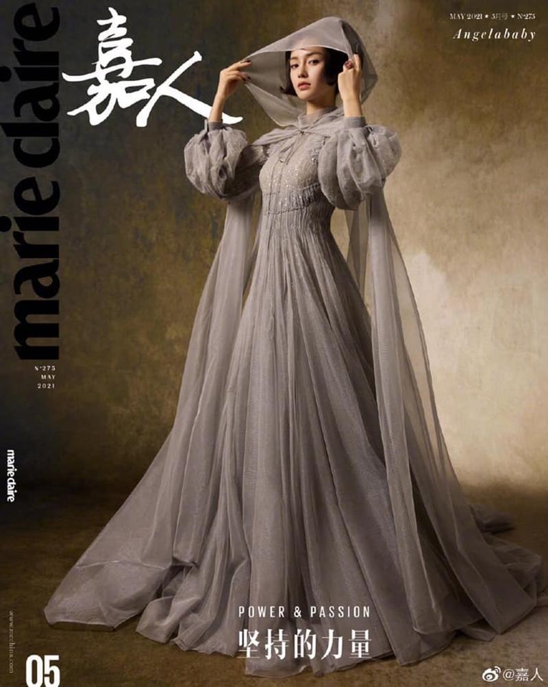 Trong khi đó, Angelababy một lúc xuất hiện trên hai bìa tạp chí ELLE và Marie Claire Trung. Trên bìa Marie Claire, nữ diễn viên có tạo hình kiểu quý tộc, diện ba thiết kế nằm trong BST Haute Couture mới nhất của Dior.