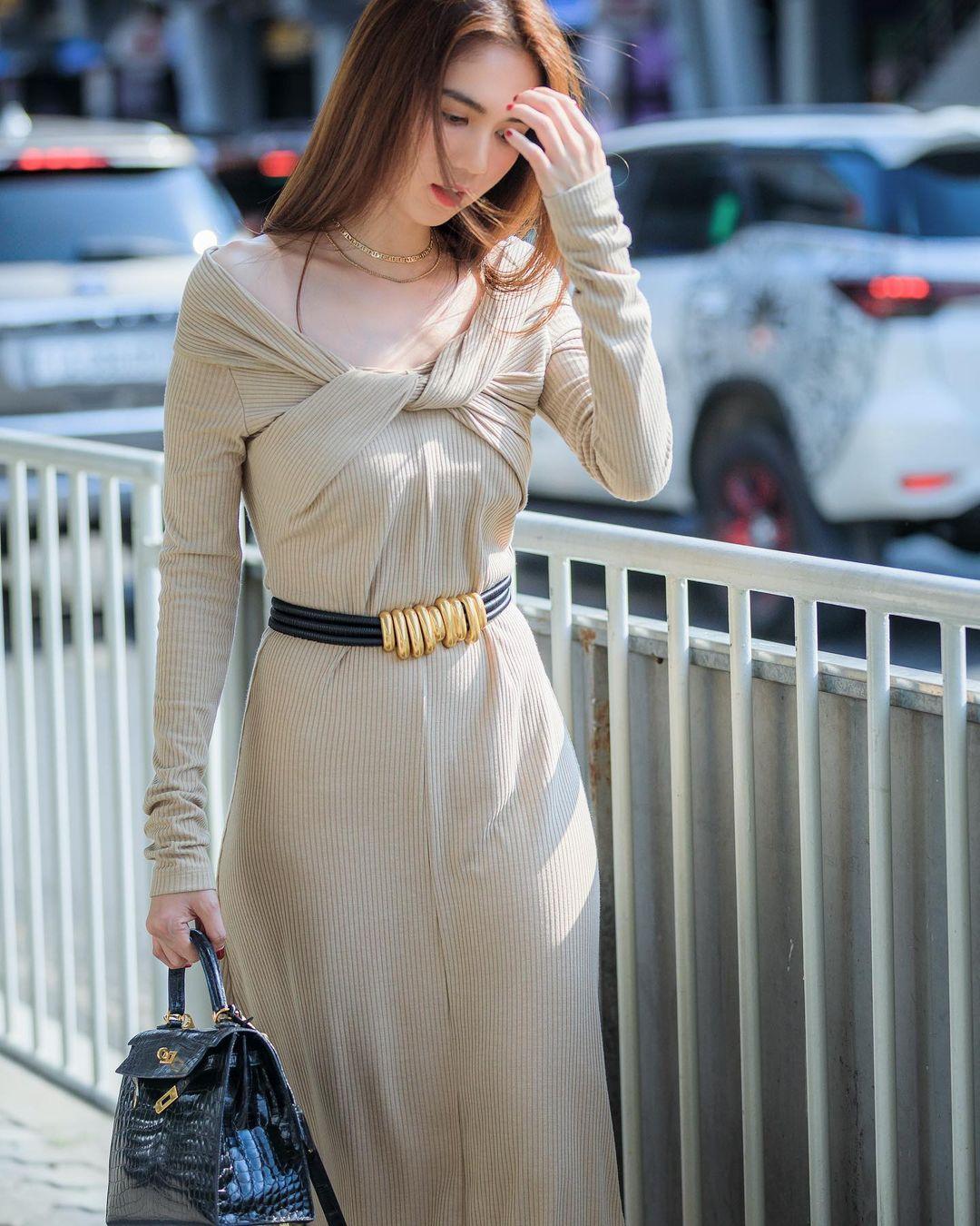 Có thân hình không mỡ thừa, Ngọc Trinh không bị lộ bụng khi diện chiếc đầm ôm body. Cô khéo kết hợp cùng thắt lưng ánh kim ngang hông để bộ váy trơn có thêm điểm nhấn, tránh tạo cảm giác người thẳng đuột.