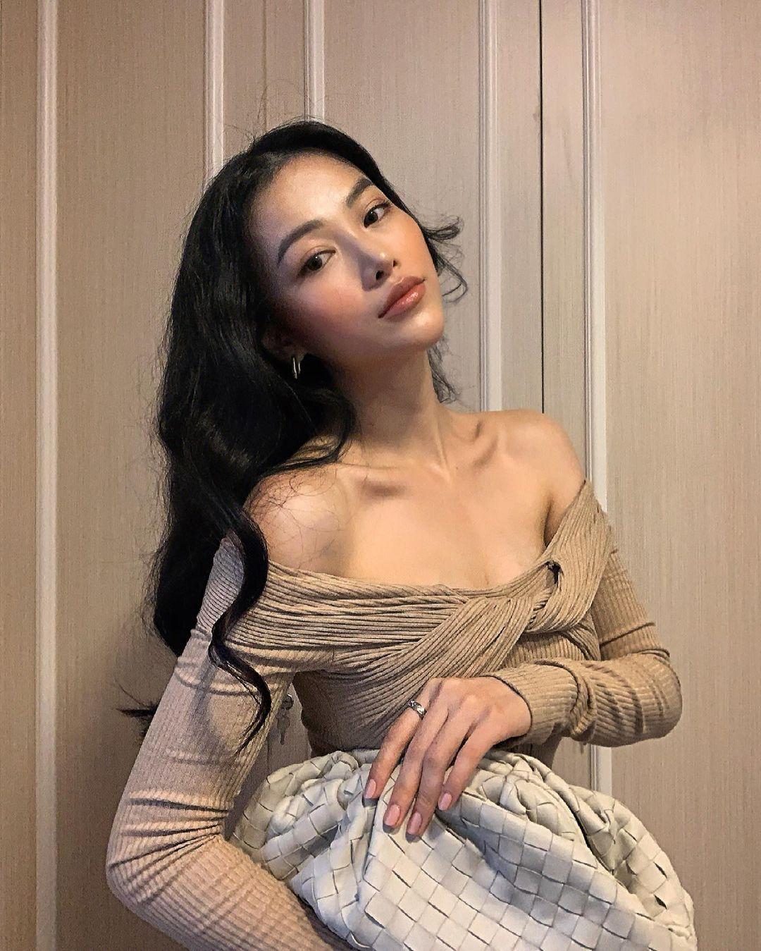 Thiết kế xoắn vai tôn dáng này là của một local brand Việt, có giá 2.250.000 đồng. Hoa hậu Phương Khánh cũng từng khoe vẻ sexy với cùng trang phục.
