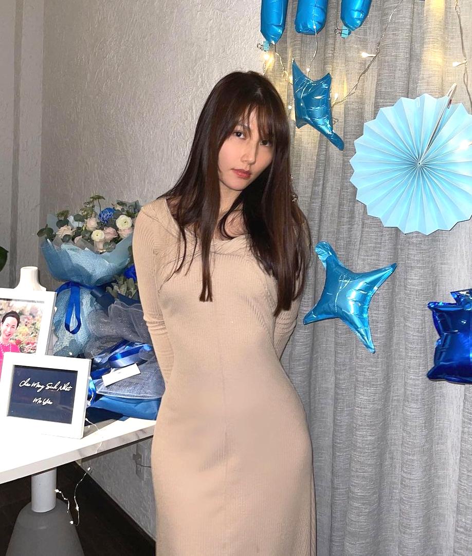 Diễm My 9x cũng từng lăng xê bộ đầm trong một buổi tiệc sinh nhật. Nhờ vòng eo sẵn có, nữ diễn viên khoe được đường cong.