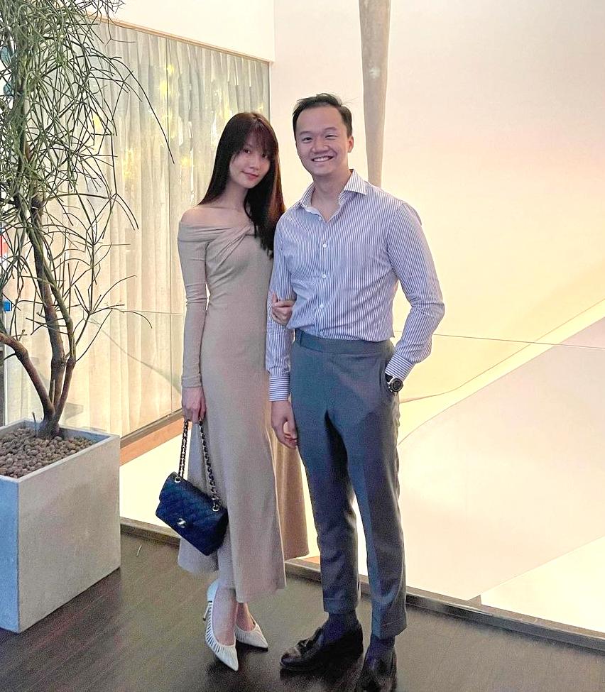 Về phụ kiện, người đẹp cũng không mix quá cầu kỳ. Cô chỉ diện cùng túi Chanel, giày cao gót tông be đơn giản.