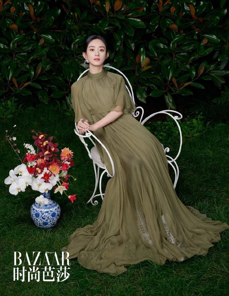 Hồi đầu tháng Hai, Triệu Lệ Dĩnh được Dior chính thức công bố là đại sứ thương hiệu mảng Trang sức tại khu vực Trung Quốc mặc tới 5 thiết kế nằm trong BST Haute Couture 2021 của Dior