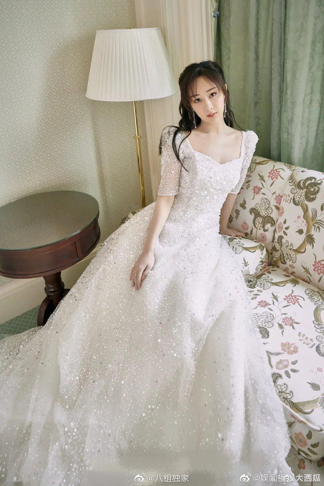 Tham dự sự kiện mới đây, Dương Tử diện bộ váy trắng muốt lấp lánh như công chúa. Bộ đầm có kiểu dáng cổ vuông, tay bồng nhẹ nhàng, rất phù hợp với vóc dáng của nữ diễn viên.
