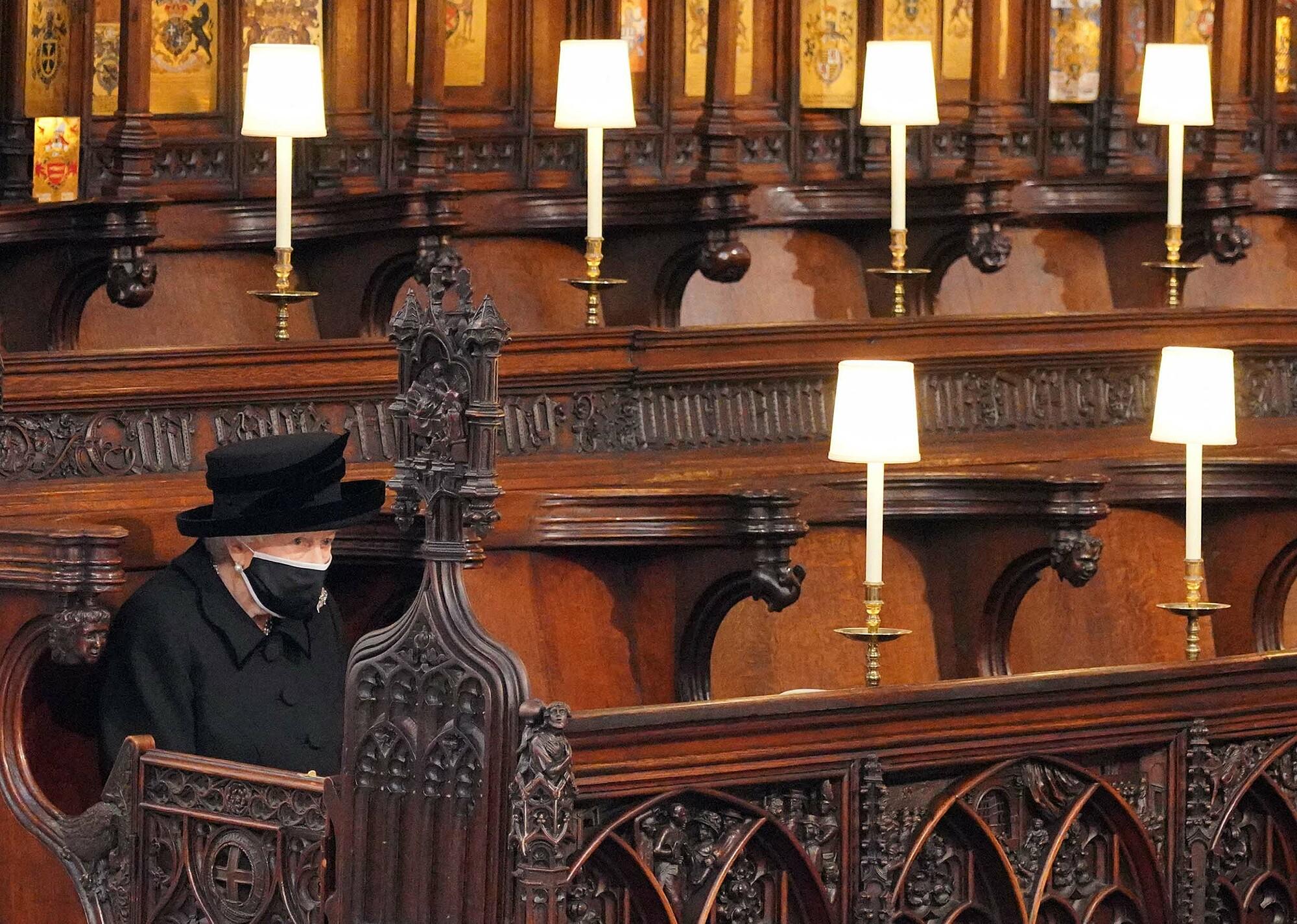 Nữ hoàng Elizabeth II ngồi dự lễ tang của Hoàng thân Philip. Ảnh: AFP.