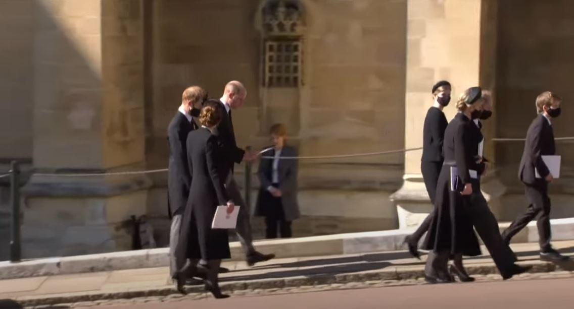 [Caption]Vợ chồng William đi cùng Harry (trái) sau khi rời nhà nguyện.