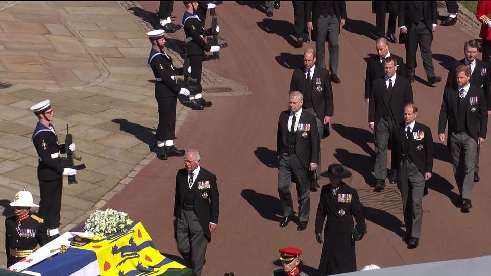 Tang lễ Hoàng thân Philip diễn ra chiều 17/4 với loạt đại bác tiễn đưa, theo nghi lễ trang trọng nhưng vẫn tuân thủ quy tắc phòng chống Covid-19. Đây cũng là lần đầu tiên anh em Hoàng tử William và Harry xuất hiện trước công chúng sau hơn một năm kể từ khi nhà Harry rời Hoàng gia Anh.