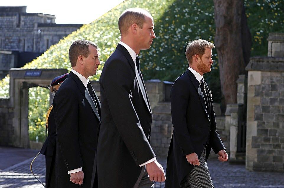 Tất cả những người trong đoàn rước đi theo linh cữu đều mặc tang phục màu đen, thay vì quân phục. Điều này được cho nhằm giữ thể diện cho cháu trai Harry - người không mặc quân phục vì rời Hoàng gia.