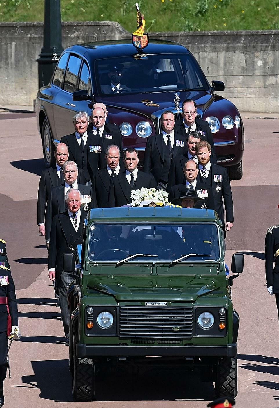 Theo sau linh cữu của Hoàng thân Philip là 9 thành viên cấp cao của Hoàng gia.