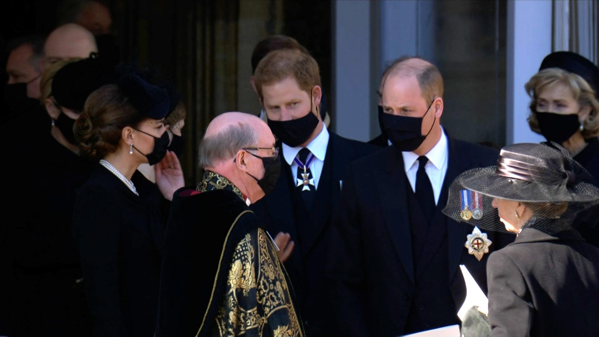 William - Kate và Harry đứng cùng nhau.