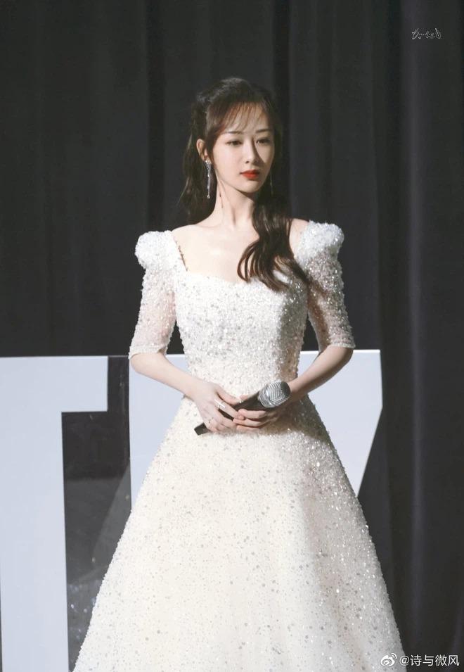 Kết hợp cùng kiểu tóc buộc nửa, xoăn sóng nhẹ nhàng, ngôi sao Cá mực hầm mật nhận được nhiều lời khen ngợi. Netizen nhận xét stylist đã có tâm hơn trong việc chọn trang phục cho Dương Tử, giúp cô không còn một màu, nhàm chán trên thảm đỏ.