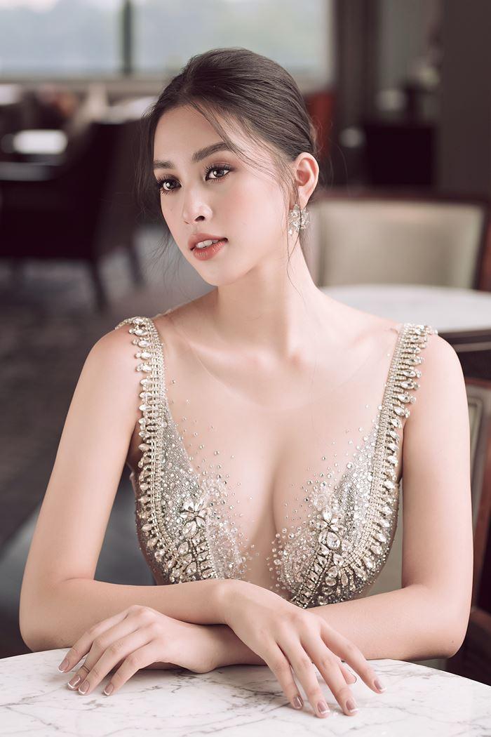 Trong những bộ ảnh thời trang, Tiểu Vy cũng rất chăm   85-63-93.