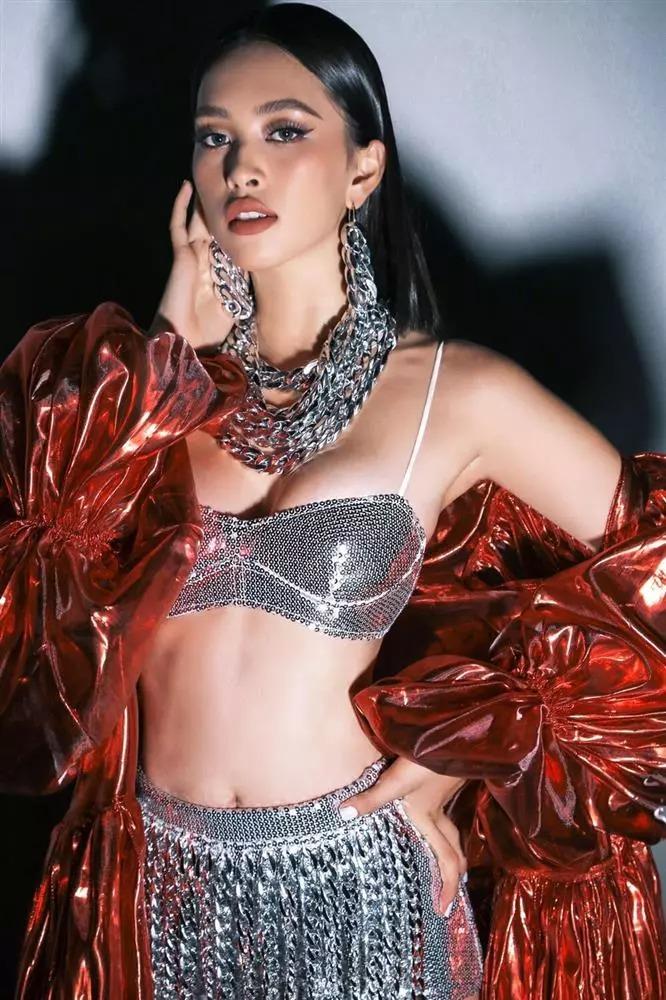 Ở những lần xuất hiện gần đây, người đẹp luôn tôn lên hình thể bốc lửa bằng những bộ trang phục o ép vòng một. Khi dự sự kiện của chương trình Rap Việt, Tiểu Vy gây choáng với trang phục sexy chẳng khác gì nội y.