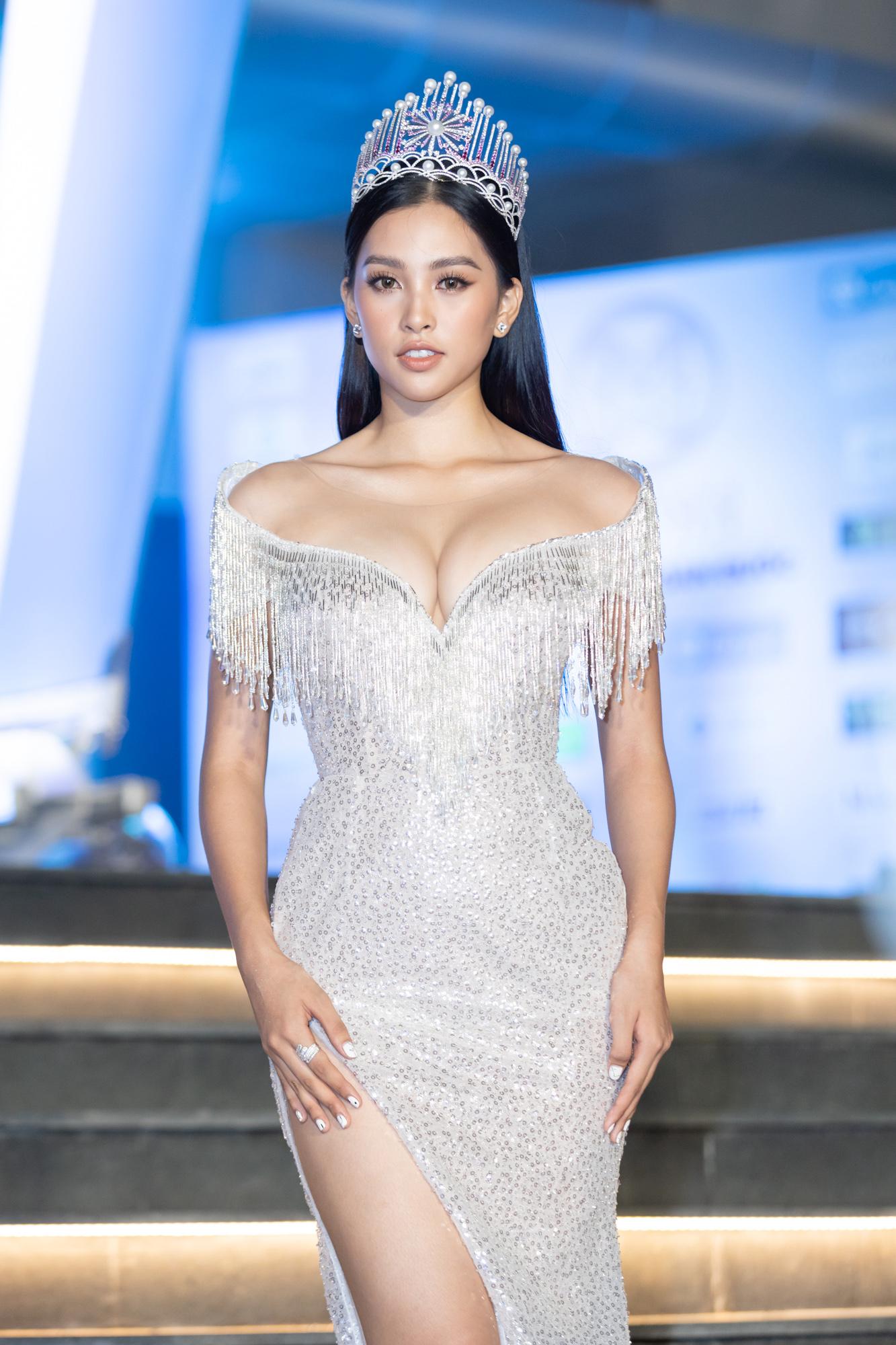 Kiểu trang phục này giúp Tiểu Vy khoe dáng, tuy nhiên nếu o ép quá đà, cô cũng có thể trông phản cảm.