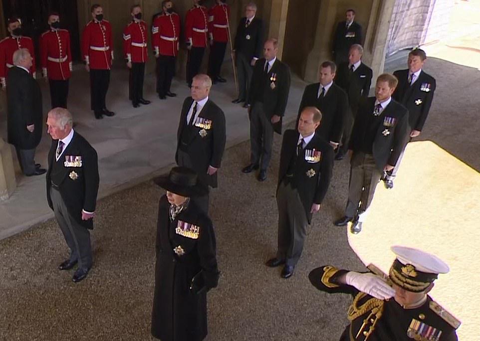 Theo sự sắp xếp của Nữ hoàng, Hoàng tử William đi cùng hàng với em trai Harry, nhưng ở giữa họ là em họ Peter Philips.