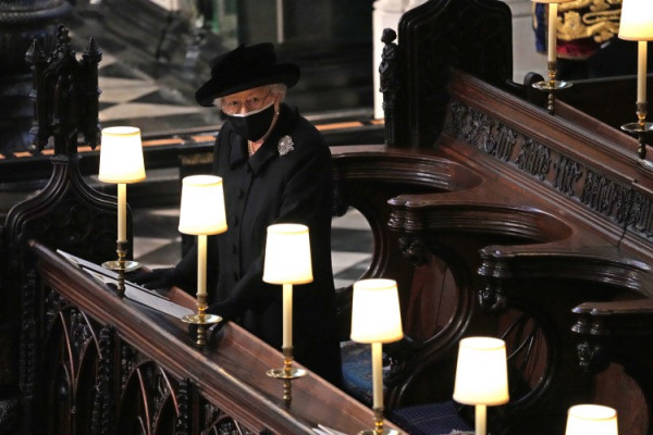 Nữ hoàng Elizabeth II trong lễ tang của Hoàng thân Philip tại nhà nguyện St George.